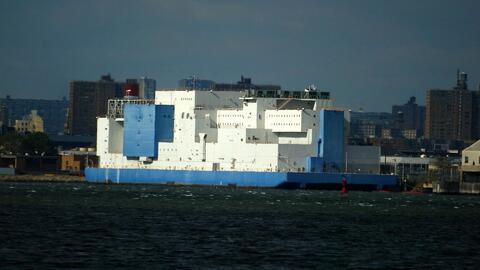 Un recorrido por 'El Bote', la cárcel flotante más grande del mundo que está ubicada en Nueva York