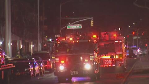 Incendio en un complejo de viviendas de Queens deja a una adolescente de 16 años muerta