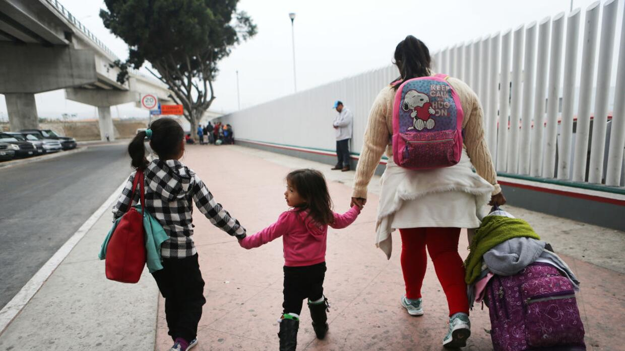 immigration agents take child from mom - 992×558