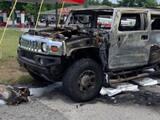 Llevaba cuatro contenedores de gasolina en su Hummer: prendió un cigarro y se incendió