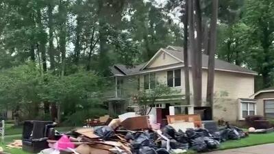 Colchones, muebles y objetos inservibles: decenas de familias en Kingwood hacen un recuento de daños por inundaciones