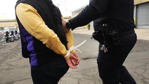 ¿Qué derechos puede reclamar un residente legal que es detenido por ICE en una corte?