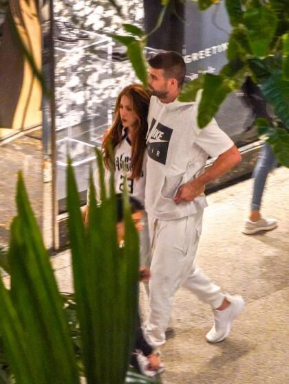 Tras dejar todo arreglado, el futbolista se reencontró con su compañera Shakira, con quien se marchó finalmente a descansar.