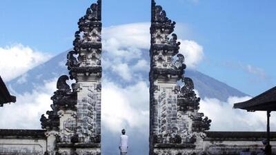 Más de 75,000 personas son evacuadas en la turística isla de Bali por temor a la erupción de un volcán