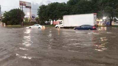 En fotos: Calles inundadas, carros varados y rescates: Los estragos que dejan las tormentas el área de Houston