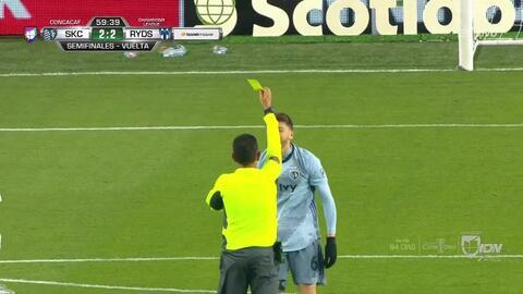 Tarjeta amarilla. El árbitro amonesta a Ilie Sánchez de Sporting Kansas City