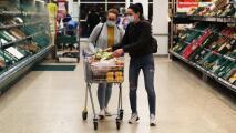 Supermercados en el condado de Los Ángeles tendrán que seguir exigiendo el uso de mascarillas a sus clientes