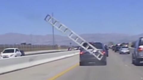 Escalera de una furgoneta sale disparada contra un auto en plena autopista