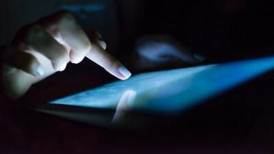 Científicos advierten que la luz azul que emiten los teléfonos inteligentes y tabletas aumenta el riesgo de perder la visión