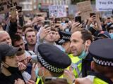 Petr Cech intenta calmar a aficionados del Chelsea que protestan por la Superliga
