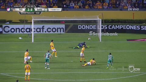 Marlos Moreno le pegó franco pero Nahuel tapó el gol de Santos