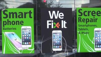 Trabajadores de un local de teléfonos móviles fueron arrestados por presuntamente compartir fotos íntimas de sus clientes