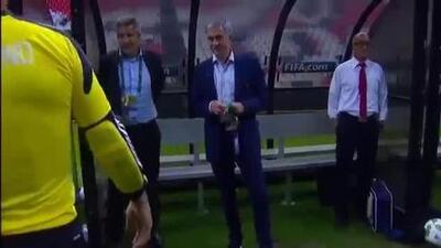 José Mourinho se mete al campo para frenar una contra