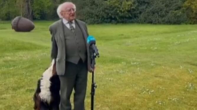 El momento viral en el que un perro le roba el protagonismo a un presidente durante su discurso