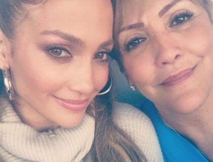 """No falta una con  <b><a href=""""https://www.univision.com/entretenimiento/asi-se-mueve-la-madre-de-jennifer-lopez-on-the-floor-y-otros-exitos"""">su mamá, Guadalupe Rodríguez</a></b>."""