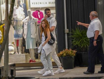 """Faltando menos de 48 horas para la celebración del Día de Navidad,  <b><a href=""""https://www.univision.com/famosos/shakira-esta-euforica-porque-celebrara-su-cumpleanos-con-100-millones-de-personas-fotos"""">la cantautora colombiana Shakira</a></b> y su compañero, el futbolista  <b>Gerard Piqué</b>, fueron sorprendidos haciendo compras en el Bal Harbour Mall, de Miami."""