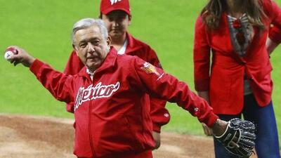 ¡Play ball! AMLO se encargó de lanzar la primera bola en nuevo estadio de los Diablos Rojos del México