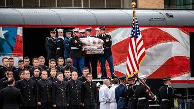 En medio de honores militares, restos mortales del expresidente George H.W. Bush son sepultados en Texas