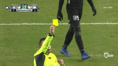 Tarjeta amarilla. El árbitro amonesta a Krisztián Németh de Sporting Kansas City