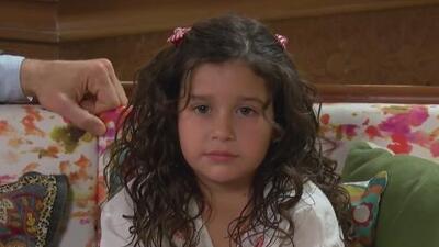 La pequeña Regina Graniewicz de 'Papá a toda madre' sabe robarnos el corazón frente y detrás de cámaras