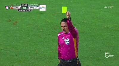 Tarjeta amarilla. El árbitro amonesta a Diego Cruz de Puebla