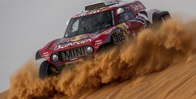 Carlos Sainz sigue primero en el Rally Dakar