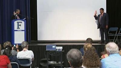 Maestro de atletismo celebra con alumnos su naturalización como ciudadano estadounidense