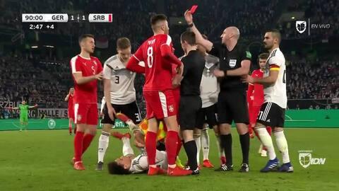 ¡Expulsión! El árbitro saca la roja directa a ${PLAYER}