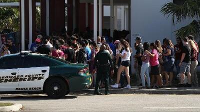 Maestros y empleados regresan a la escuela secundaria de Parkland tras la tragedia