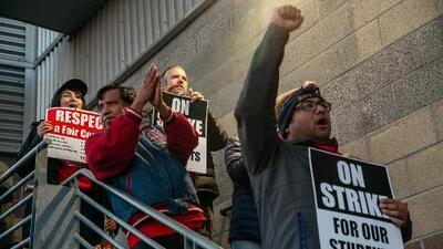 Maestros de escuelas charter de Los Ángeles continúan en huelga a espera de mejoras laborales