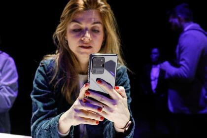 """""""El teléfono de pantalla completa que se pliega para caber en su bolsillo con un revolucionario vidrio flexible, una cámara hecha para sostenerse por sí misma y una batería dual que dura todo el día"""", así describe Samsung el nuevo modelo Z Flip en su sitio web. Una vez abierto, su pantalla mide 6,7 pulgadas diagonalmente. Una vez abierto el móvil, su pantalla mide 6,7 pulgadas diagonalmente."""