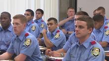 El alcalde de Houston aprueba el aumento de salario para los cadetes de bomberos