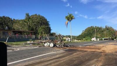Continúan los trabajos de reparación en poste que cayó sobre carretera en Hatillo