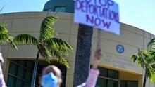 En qué va la 'guerra' legal por la suspensión de las deportaciones anunciada por el gobierno de Biden