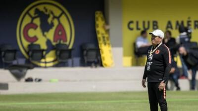 Harto por las críticas, Piojo defendió a Bruno Valdez por lesión de Diego Lainez