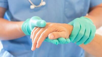 """""""Dejen de hablar español o serán despedidas"""": la amenaza que unas enfermeras en Florida aseguran haber recibido"""