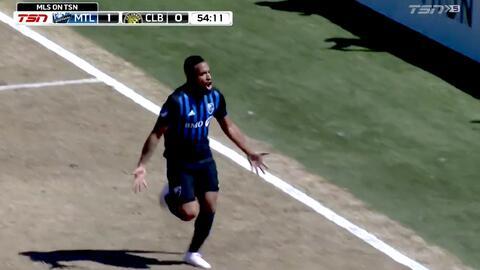 Maxi Urruti recupera el balón y Harry Novillo la manda a guardar con un poderoso derechazo