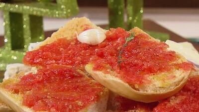 Así se prepara el famoso pan con tomate