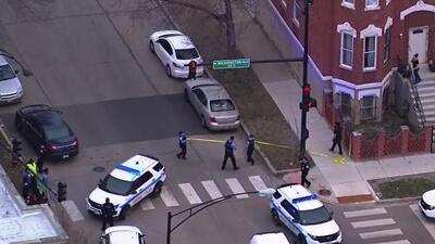Tiroteo en el oeste de Chicago, el cual involucra a un policía, deja a dos personas heridas