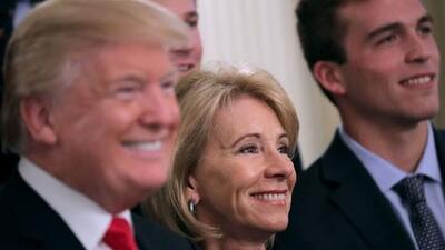 Betsy DeVos protege los derechos de los acusados de agresión sexual en las nuevas guías escolares