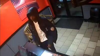 'Chicago en un Minuto': autoridades buscan a sospechoso señalado de un robo a mano armado en una pizzería