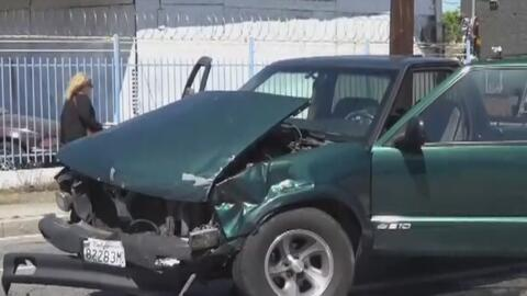 Sospechoso choca un vehículo, deja a cinco miembros de una familia heridos y huye de la escena