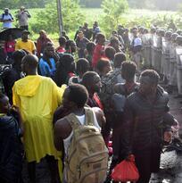 """""""Nos cayeron como si fuera una guerra"""": fuerzas mexicanas reprimen a la caravana migrante que partió de Chiapas"""