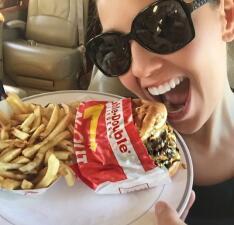 Thalía y Selena rompen la dieta y siguen igual de bellas