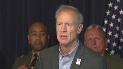 Gobernador de Illinois firma nueva ley que busca prevenir tragedias relacionadas con armas de fuego