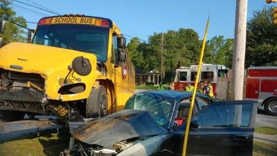 Acusan a sujeto de chocar contra un autobús escolar