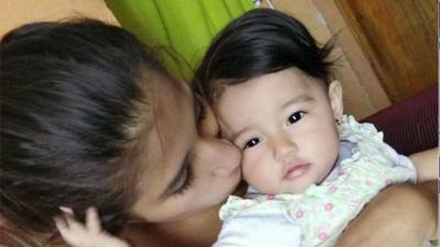 Madre de bebé que murió en custodia de ICE presenta una demanda millonaria por atención médica negligente