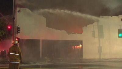 Voraz incendio consume una tienda de productos de bajo costo en Culver City, California