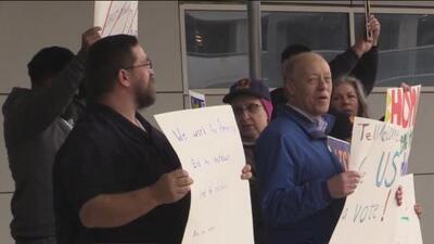 Empleados del TSA se manifestaron en el Aeropuerto Internacional Dallas-Fort Worth exigiendo el pago de sus salarios