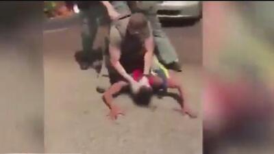 Momento insólito: policía usa gas pimienta para atacar a un joven